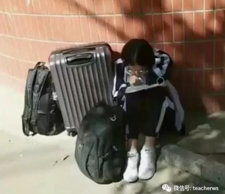 坐路边静心学习的同学